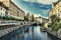 在Ljubljanica河的看法有老大厦的在卢布尔雅那市 库存照片