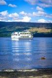 在Loch Lomond湖游览小船在一个晴天在勒斯,苏格兰, 2016年7月21日, 免版税库存图片