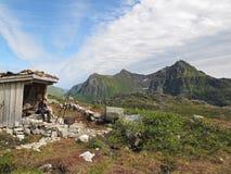 在Lofoten海岛上的山小屋 库存照片