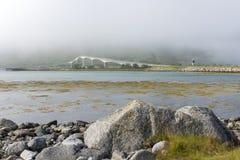 在Lofoten海岛上的有雾的Gimsoystraumen桥梁 库存照片