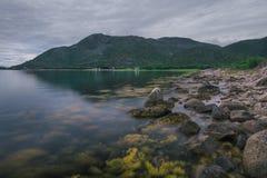 在Lofoten海岛上的海岸有对山的看法 库存图片
