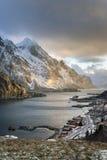 在Lofoten海岛上的神秘的晚上风景, 免版税库存图片