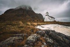 在Lofoten海岛上的Gimsoy教会在挪威 免版税图库摄影