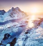 在Lofoten海岛,挪威的鸟瞰图 山和海在日落期间 从空气的自然风景在寄生虫 免版税库存照片