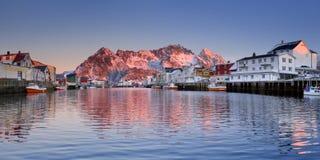 在Lofoten的Henningsvær在日出的挪威 库存照片