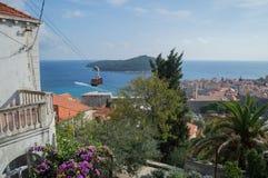 在Lokrum海岛和杜布罗夫尼克上老镇的看法有缆车的 免版税库存照片