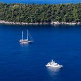 在Lokrum海岛旁边的消遣小船在杜布罗夫尼克沿岸航行, Croa 图库摄影
