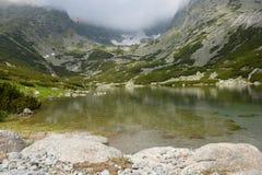 在Lomnicky Stit在Vysoke Tatry山,斯洛伐克附近的一个湖 免版税库存图片