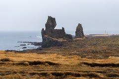 在Londrangar的峭壁,上升从海的两个玄武岩石峰 库存图片