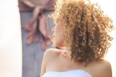 在longtail小船的特写镜头侧视图白肤金发的卷曲新娘画象 库存照片