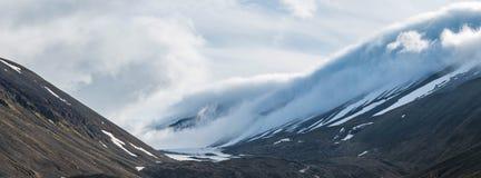 在Longyearbreen冰川,斯瓦尔巴特群岛的下降的云彩 免版税库存图片