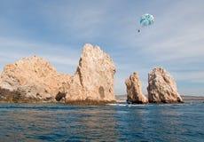 在Los卡约埃尔考斯上的帆伞运动在土地末端在Cabo圣卢卡斯下加利福尼亚州墨西哥 免版税库存图片