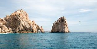 在Los卡约埃尔考斯上的帆伞运动在土地末端在Cabo圣卢卡斯下加利福尼亚州墨西哥 图库摄影