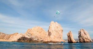 在Los卡约埃尔考斯上的帆伞运动在土地末端在Cabo圣卢卡斯下加利福尼亚州墨西哥 免版税图库摄影