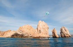 在Los卡约埃尔考斯上的帆伞运动在土地末端在Cabo圣卢卡斯下加利福尼亚州墨西哥 库存图片