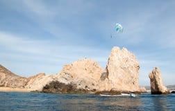 在Los卡约埃尔考斯上的帆伞运动在土地末端在Cabo圣卢卡斯下加利福尼亚州墨西哥 库存照片