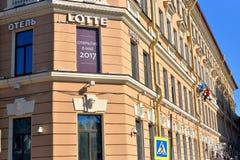 在Lotte旅馆的门面的修整机高空工作 免版税库存图片