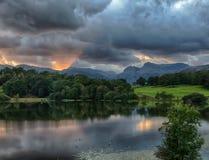 在Loughrigg小湖的日落在湖区 免版税库存图片