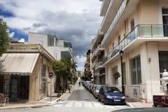 在Loutraki上街道在一个多云夏日 免版税库存图片