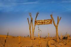 在Love湖迪拜入口的一个木路标  图库摄影