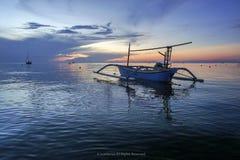 在Lovina海滩,在日出期间的巴厘岛的美丽的小船与海豚 库存照片
