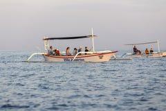 在Lovina海滩,在日出期间的巴厘岛的美丽的小船与海豚 免版税库存照片