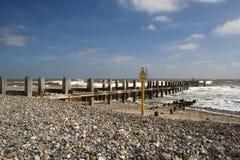 在Lowestoft海滩,萨福克,英国的海洋防御 图库摄影