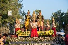 在Loy Krathong节日的人游行 库存照片