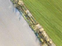 在Lugovaya附近的领域 被犁的土地和冬天庄稼 从土佬的看法 库存照片
