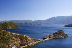 在Lugu湖大海和高天空的Lige半岛 库存图片