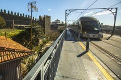 在Luiz铁桥梁的地铁是老镇在波尔图 图库摄影