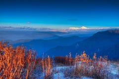在Lunhgthang,锡金,西孟加拉邦,印度的冷颤的冬天日出 库存照片