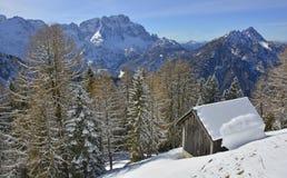 在Lussari的木小屋 免版税库存图片