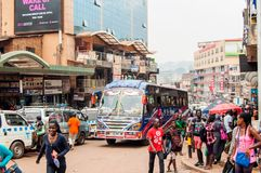 在Luwum街,坎帕拉,乌干达的公共汽车 免版税库存图片