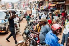 在Luwum路,坎帕拉,乌干达的Pedestrias和人体bodas 免版税图库摄影