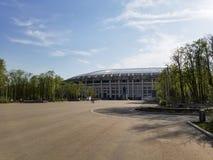 在Luzhniki体育场附近摆正在春天,莫斯科 图库摄影