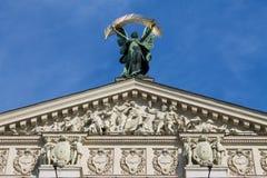 在Lviv歌剧院上面的雕塑  免版税库存图片