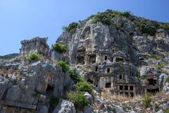 在Lycian摇滚删节的坟茔盖的峭壁面孔在迈拉古老站点在代姆雷在土耳其 库存照片