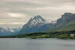 在Lyngseidet,北挪威附近的小解决 库存图片