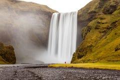 在Mýrdalsjökull冰川,南Icelan下的Skógafoss瀑布 免版税库存照片