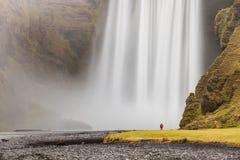 在Mýrdalsjökull冰川,南Icelan下的Skógafoss瀑布 库存图片