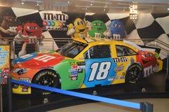 在M&M商店里面的汽车拉斯韦加斯大道的 旅行假日 库存图片