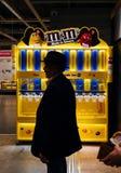 在M&M ` s choclate酒吧前面的人在超级市场里面 库存图片