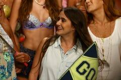 在Maaji游泳衣时装表演期间, Maaji设计师曼努埃拉和Amalia山脉和塑造步行跑道结局 免版税库存照片