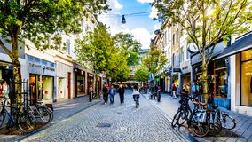 在Maastrichter Brugstraat的购物在古城马斯特里赫特的中心 库存照片