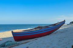 在Macaneta海滩的五颜六色的小船在马普托莫桑比克 免版税图库摄影