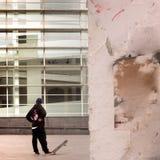 在MACBA,巴塞罗那当代艺术博物馆之外的溜冰板者在巴塞罗那,西班牙 免版税库存照片
