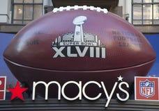 在Macy在百老汇的s先驱广场的巨型橄榄球在超级杯XLVIII星期期间在曼哈顿 免版税图库摄影