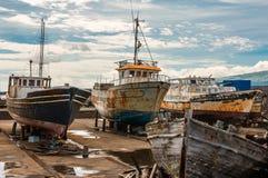 在Madalena Pico亚速尔群岛的造船厂的生锈的老小船 图库摄影