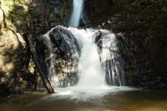 在Mae日元瀑布的风景看法与浪端的白色泡沫在一个晴天 库存图片